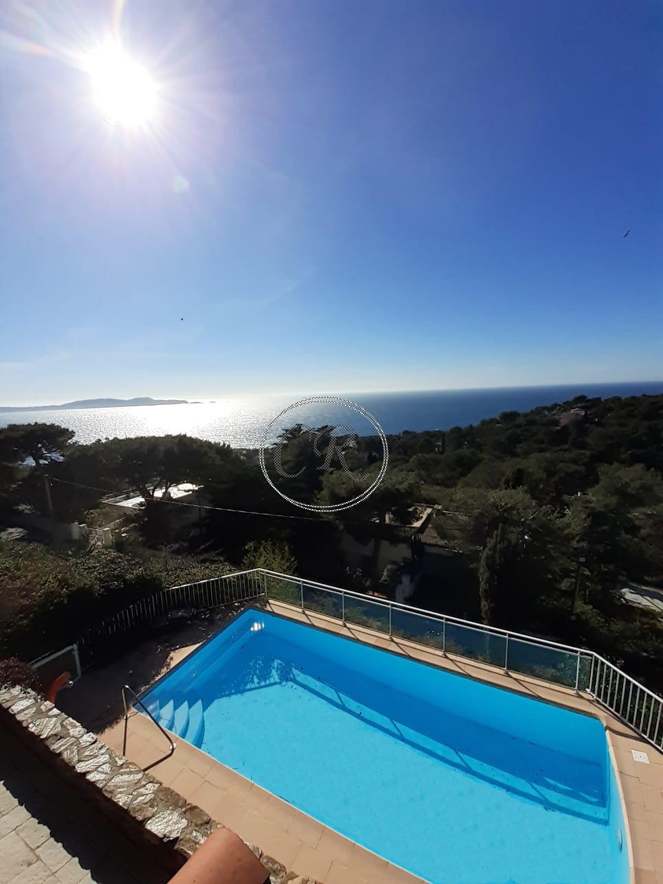 Belle villa avec piscine et vue mer